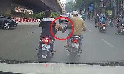 Video: Sang đường 'ngáo ngơ', nam thanh niên bị cô gái tung cước dằn mặt
