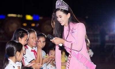 Hoa hậu Tiểu Vy quấn quýt bên các em nhỏ trong dịp Trung thu