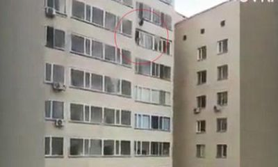 Video: Nghẹt thở cứu sống bé trai rơi từ cửa sổ tầng 10