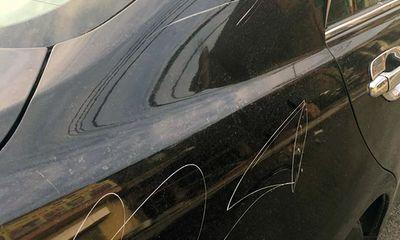 Cận cảnh chiếc xe Camry bị người phụ nữ ăn mặc sang chảnh lén cào xước trong đêm