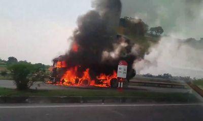 Tin tai nạn giao thông mới nhất ngày 4/10/2018: Xe tải bốc cháy ngùn ngụt vẫn chạy 2km trên đường