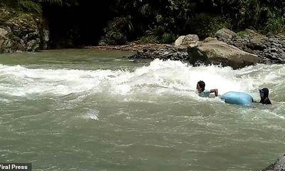 Video: Cảm động cảnh giáo viên thả trôi dưới dòng nước chạy xiết để tới trường tại Philippines