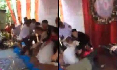 Sân khấu đám cưới bỗng đổ sụp làm hai họ ngã