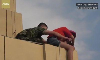 Video: Thót tim khoảnh khắc lính cứu hỏa cứu phụ nữ đòi nhảy lầu tự tử