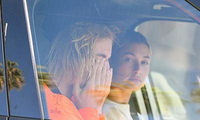 Justin Bieber bật khóc bên vợ vì tin Selena Gomez nhập viện điều trị tâm thần?