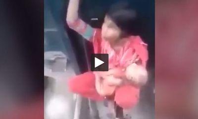 Video: Kinh hãi cảnh mẹ trẻ bế con ngồi