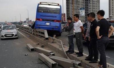 Hà Nội: Xe khách đâm vào dải phân cách cầu Nhật Tân, hàng chục người thoát chết