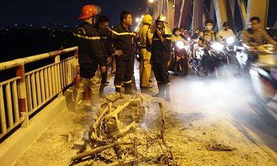 Xe máy bất ngờ bốc cháy ngùn ngụt, trơ khung trên cầu Chương Dương