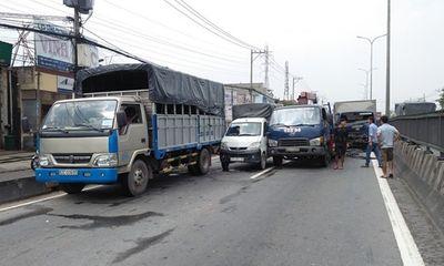 4 xe tải tông liên hoàn trên quốc lộ, tài xế và phụ xe kêu cứu