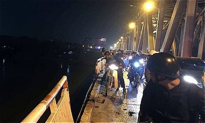 Hà Nội: Cảnh sát tìm ôtô húc bay lan can cầu Chương Dương, lao xuống sông Hồng
