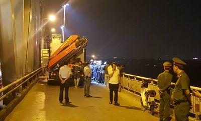 Hiện trường vụ ô tô húc bay lan can cầu Chương Dương, lao xuống sông Hồng