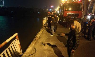 Xe ô tô lao khỏi cầu Chương Dương chở ít nhất 2 người?