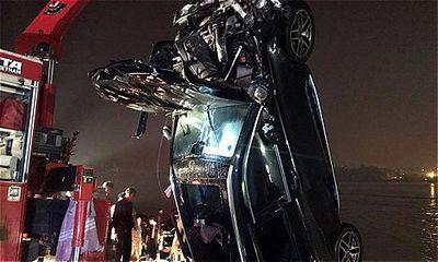 Tin tai nạn giao thông mới nhất ngày 5/11/2018: Cô gái 21 tuổi cầm lái chiếc Mercedes rơi xuống sông Hồng