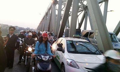 Sở GTVT Hà Nội lý giải nguyên nhân cho phép ô tô đi vào làn xe máy ở cầu Chương Dương