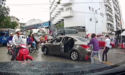 Chạy vào chợ vác dao ra chém đứt gân tay tài xế ô tô sau va chạm