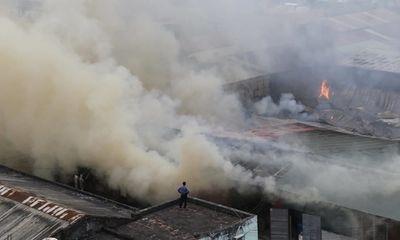 Hiện trường vụ hỏa hoạn tại kho hàng đằng sau bến xe Nước Ngầm