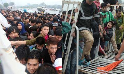 Hàng ngàn người dân đội mưa, xô đổ cả hàng rào SVĐ Mỹ Đình mua vé xem AFF Cup