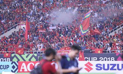 Trận Việt Nam- Malaysia: CĐV đốt pháo sáng bên ngoài sân Mỹ Đình sau bàn thắng của Công Phượng