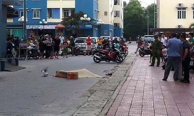 Dân chung cư hỗn loạn chứng kiến người đàn ông rơi từ tầng cao xuống đất
