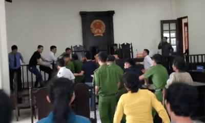 Người đánh vào mặt kiểm sát viên tại tòa bị đề nghị truy tố