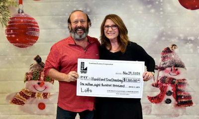 Dọn nhà, cặp vợ chồng phát hiện vé số trúng thưởng gần 2 triệu đô sắp hết hạn