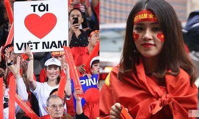Dàn fan nữ xinh đẹp háo hức đổ về Hàng Đẫy cổ vũ ĐT Việt Nam