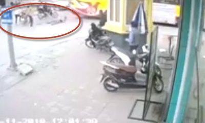 Video: Kinh hoàng nam thanh niên bị chém gục trước bốt CSGT