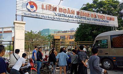 Trụ sở VFF bị người hâm mộ vây kín vì bức xúc không mua được vé bán kết
