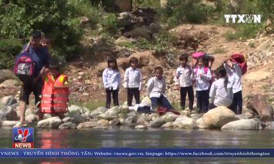 Quảng Ngãi: Hàng ngàn học sinh phải vượt sông, lội suối đến trường