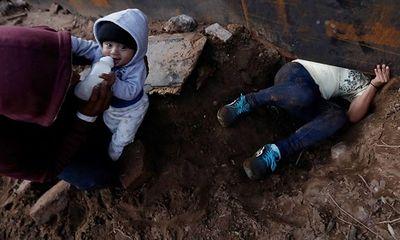 Cậu bé 8 tháng tuổi được bố 'luồn' qua lỗ hổng ở bức tường biên giới Mexico sang Mỹ