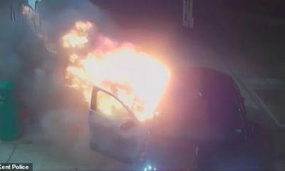 Video: Hai bợm nhậu say rượu, liều lĩnh đốt xe ngay tại trạm xăng lúc nửa đêm