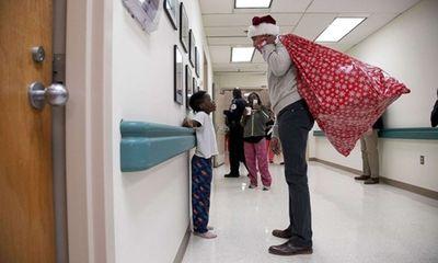 Ông Obama bất ngờ mặc đồ ông già Noel, đến bệnh viện tặng quà các bệnh nhi