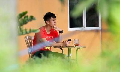 Đình Trọng lặng lẽ ngồi trong góc trốn đồng đội, lặng nhìn xe tuyển Việt Nam lăn bánh