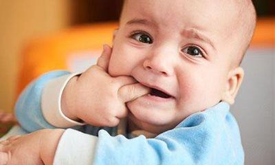 Mẹ nên làm gì khi trẻ biếng ăn do mọc răng