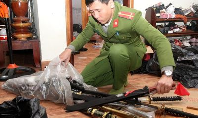 Người đàn bà 40 tuổi cất giấu nhiều dao, kiếm và thuốc kích dục trong cửa hàng bách hóa