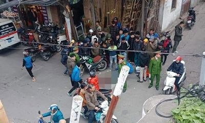 Hà Nội: Người đàn ông mặc áo Grab bất ngờ gục ngã giữa đường