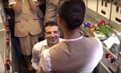 Video: Nữ tiếp viên hàng không bất ngờ được cầu hôn ngay trên chuyến bay
