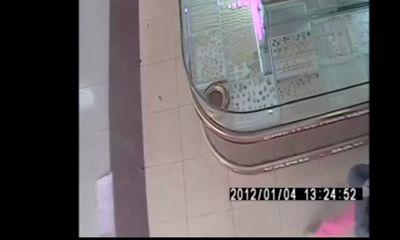 Video: 2 kẻ bịt mặt dùng búa đập tủ, cướp 4 cây vàng trong nháy mắt