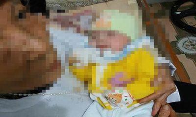 Bé gái 2 tháng tuổi xinh xắn bị mẹ bỏ rơi ven đường cùng lá thư
