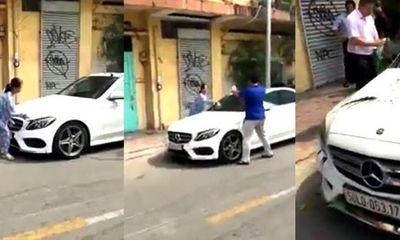 Thông tin bất ngờ về người phụ nữ đập nát xe Mercedes đỗ trước cửa nhà ở TP.HCM