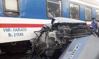 Liều mạng băng qua đường sắt, ô tô 4 chỗ bị tàu hỏa tông bẹp dúm
