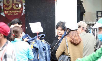 Hà Nội: Cả ngàn người chen nhau mua quần áo đại hạ giá chiều 29 Tết
