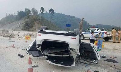 """Đi qua đoạn đường đang sửa chữa, Mazda 6 lật ngửa, nằm """"phơi bụng"""" trên cao tốc"""