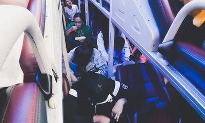"""Hành khách """"phát điên"""" vì xe 45 chỗ nhồi nhét 65 người sau kỳ nghỉ Tết"""