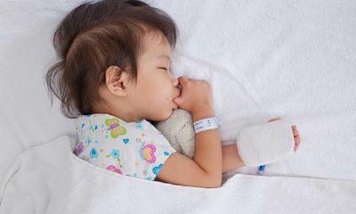 Cha mẹ cần làm gì khi trẻ bị sốt để giảm bớt khó chịu