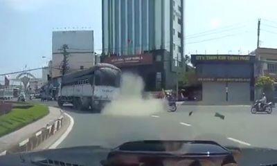 Video: Đang chạy nhanh, xe tải nổ lốp văng cả vỏ ra đường