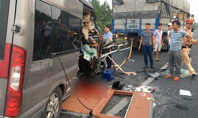 Hiện trường vụ tai nạn ô tô 16 chỗ đâm xe đầu kéo, 4 người thương vong
