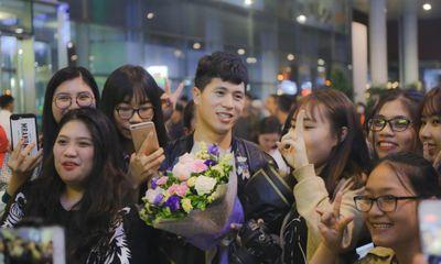 Trở về từ Hàn Quốc, Đình Trọng cười tươi như hoa trong vòng tay người hâm mộ