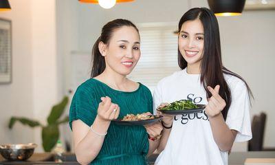 Hoa hậu Tiểu Vy khoe ảnh nấu ăn cùng mẹ trong ngày 8/3