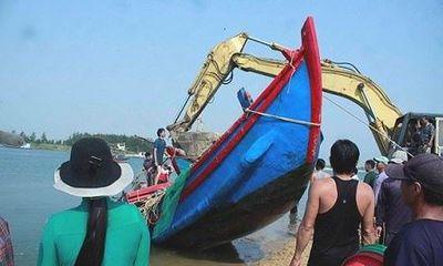Quảng Ngãi: Hai tàu cá bị sóng đánh chìm, chủ tàu thiệt hại nặng